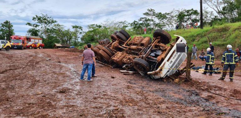 Motorista de caminhão morre após colidir com o veículo contra barranco e capotar na PR-498